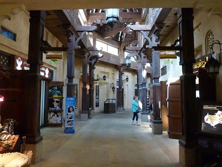 Shopping Dubai: interior mall Madinat Jumeirah