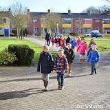 Groep 3 Groen van Prinsterer deelt paaspakketten Riki stichting uit in Clockstede - Foto's Harry W.
