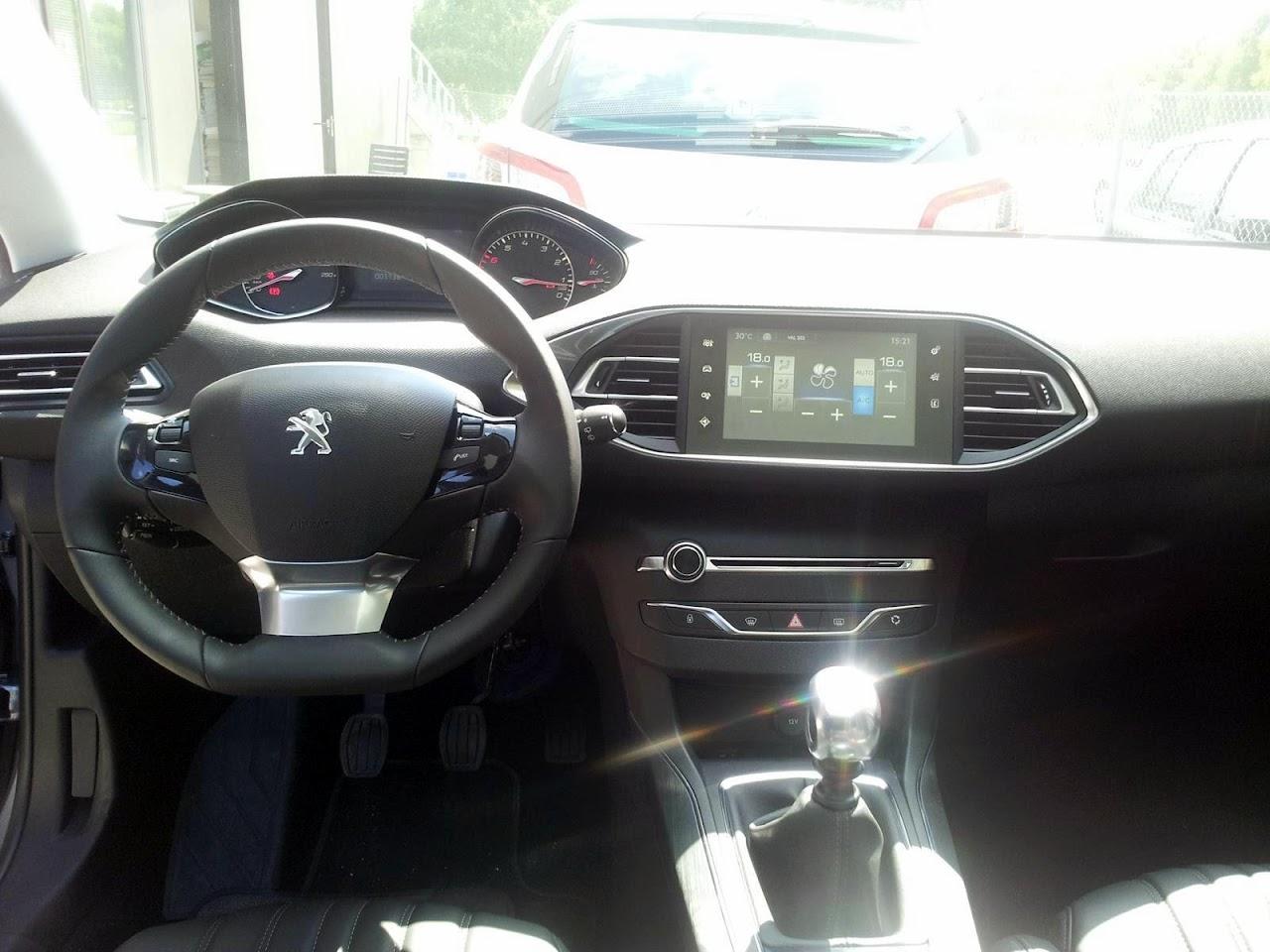 2014-Peugeot-308-ic-mekan-2.jpg