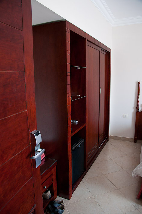 Отель Caribean World Resort Soma Bay. Хургада. Египет. Огромный шкаф купе, в сейф, спрятавшийся в шкафу влазил весь мой фоторюкзак в сборе.