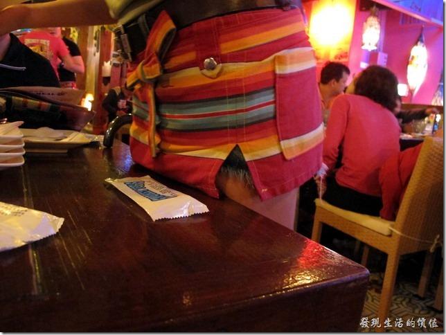 屏東墾丁-冒煙的喬。為了突顯墨西哥特色,所有的女服務生都圍了這著一條有著墨西哥風格的小圍巾。這應該也算是工作服吧!上面還有好口袋可以放東西。
