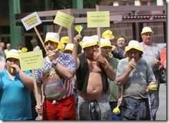 Železniční zaměstnanci stávkují za méně cestujících