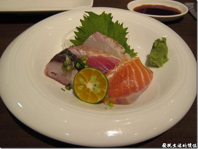 台北新光三越-紅豆食府●壽喜燒。刺身-綜合刺身,有稍微用火漬燒過,配上金桔汁風味更佳。最近吃過幾家日本料理,發現怎麼台灣現在吃生魚片幾乎都會配上金桔?不過加了金桔後風味的確更甚單純的生魚片與芥末。