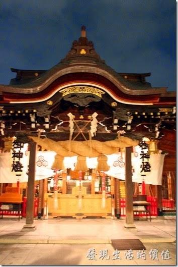 【櫛田神社】的祈願處,可以參拜敲鐘,期建築為典型的日本神社,外觀相對樸素,採唐破風屋頂裝飾!