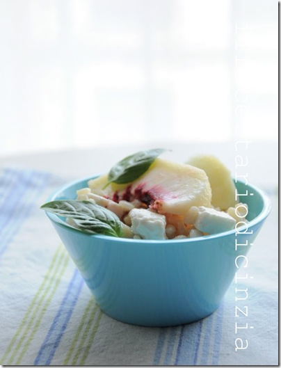 risotto alle pesche bianche, feta e basilico