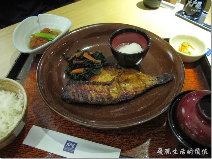 台北凱薩店-大戶屋。碳烤鹽鞠壺鯛魚定食,NT$330。這鯛魚的肉質非常細緻,吃起來的感覺稍微有點類似鰻魚,但肉質又比鰻魚更柔軟了一點,剛端出來時看它烤得稍微有點焦焦的,以為不是很好吃,但吃起來感覺真的很不錯。