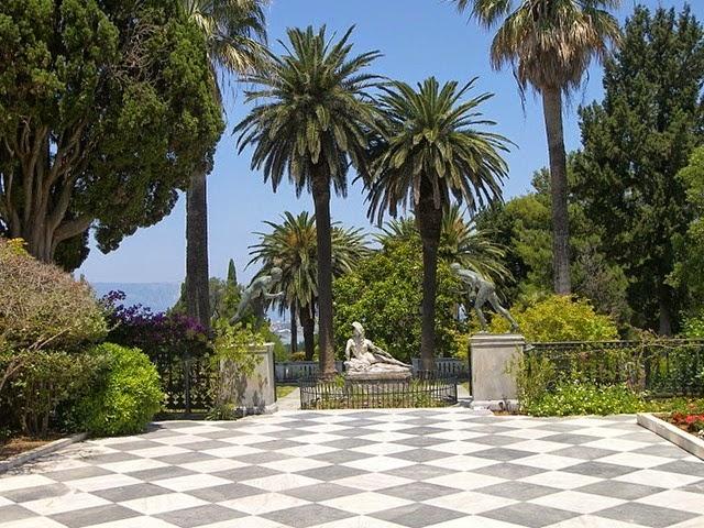 Estatuas en la terraza Achilleion