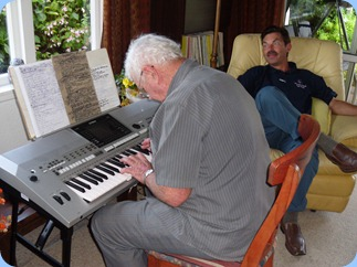 Alan Wilkins playing his Yamaha PSR-910 with Peter Littlejohn relaxing to the music