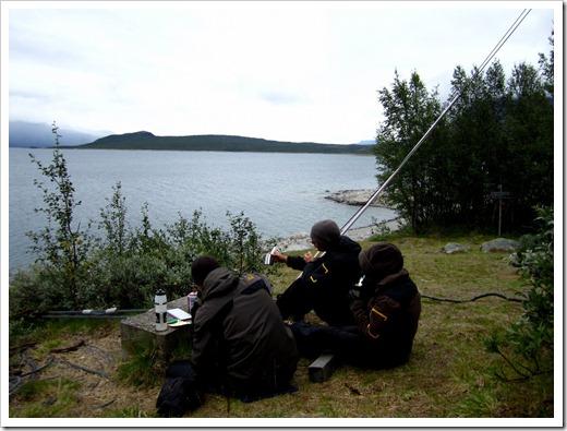 Några tyskar eller om de var fransmän minns har gått lite längre än oss, pustar ut med lite mat i väntan på båten.