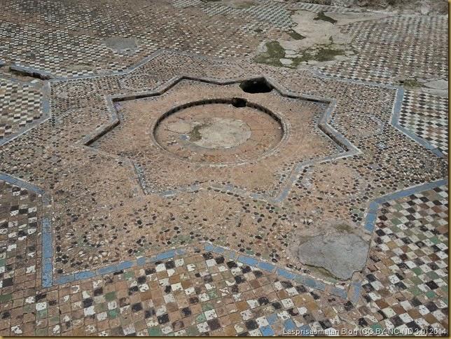 Lo que queda del mosaico del suelo y fuente central