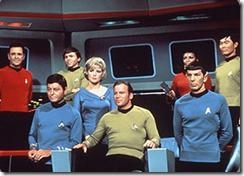 Capitão Kirk e os oficiais na sala de comando da Enterprise