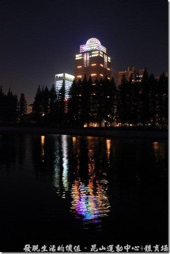 昆山黃河路人行步橋的夜景。