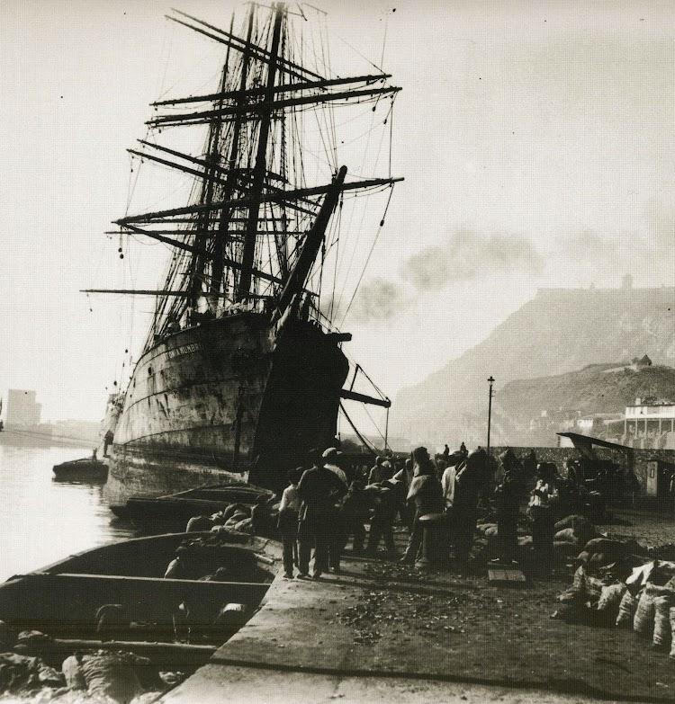 La barca ANTONIA MUMBRU descargando carbón en Barcelona. Foto del libro De L´Ebre a la Mar.JPG