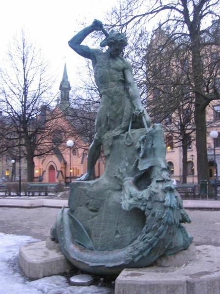 Tors fiske estatua sobre la lucha de Thor con Jörmundgander en Mariatorget Estocolmo Suecia