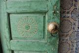 Hami - Porte verte et rose sur carreaux
