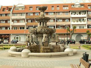 rynek w Praburachm fontanna Rolanda