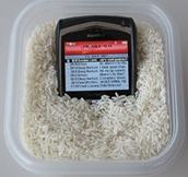celular no arroz - Tirando a umidade do celular (Foto Reprodução-Teresa Furtado)