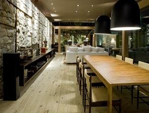 casa-sostenible-muro-piedra-suelo-madera