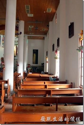 「萬金聖母聖殿」內的兩旁有很多的窗戶,兩面的牆壁上還有掛畫。