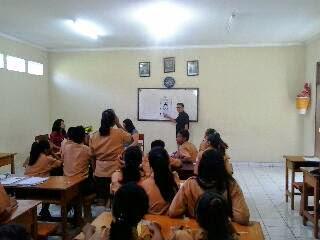 Pemeriksaan Kesehatan Mata siswa SMK T Wirabhakti Denpasar