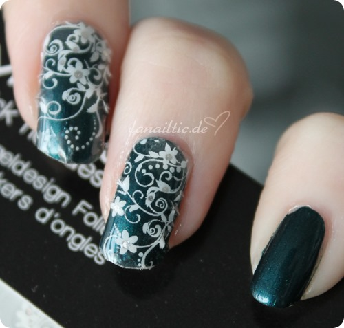 China Glaze - tongue & chic + Misslyn romance Sticker
