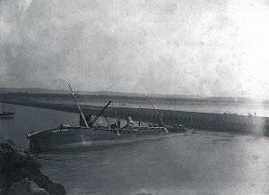 El CABO PALOS obstruyendo el canal de entrada de Aviles. Del libro LA NAVIERA YBARRA
