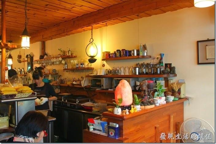 台南-伊莉的店和緯路分店。廚房及吧檯也在一樓,感覺有點小壅擠。