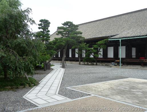 20.caminho que separa o jardim do Templo Sanjusangendo