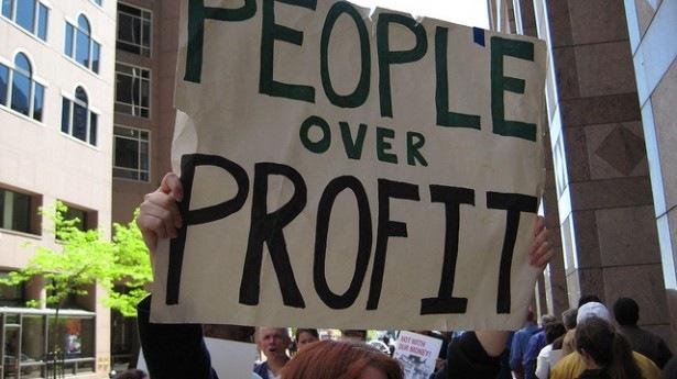 Εισβολή στα γραφεία της Goldman Sachs και αυγά στην Unicredit στο Μιλάνο