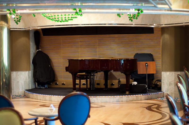 Третий день. Casablanca. Morocco. Круиз. Costa Concordia. Бар Пиано, в нём играл тихую и спокойную музыку молодой пианист, правда обычно ближе к вечеру.