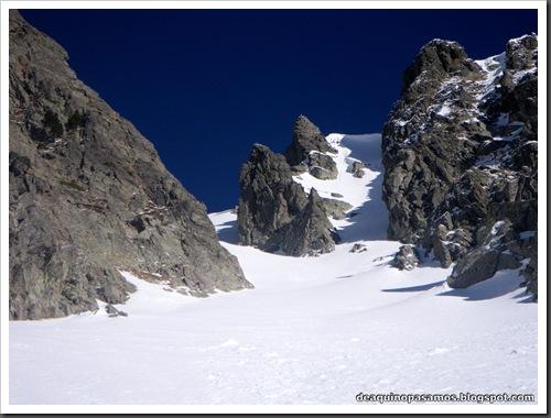 Canal Central SO 200m 50º con esquis (Pico de la Montañeta 2552m, Benasque, Pirineos) (Isra) 3330