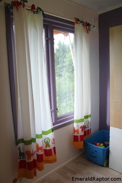 Vinduet med gardiner på barnerommet