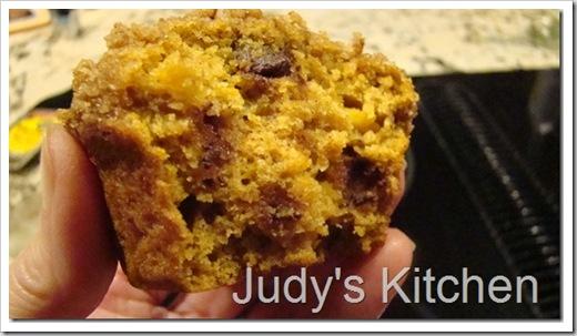 pumpkin cc streusel muffins (2)_thumb[4]