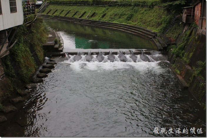 從「石底橋」看基隆河,這裡水勢平緩,然怪稱為平溪。