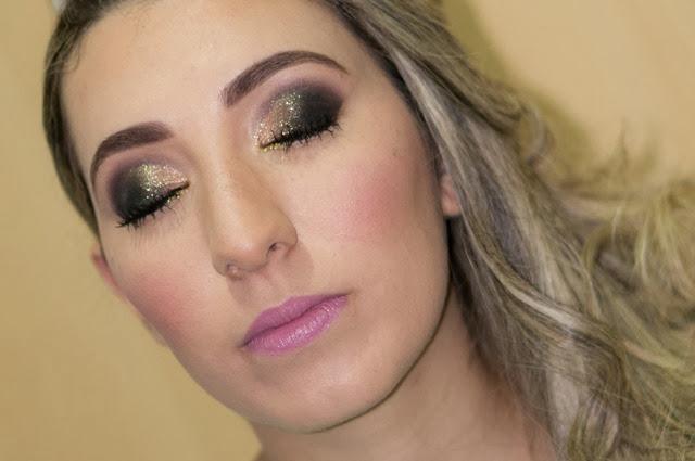 maquiagem preta com glitter dourado
