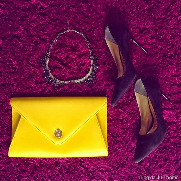 look saia midi estampa etnica, tricot preto e carteira amarela (1)