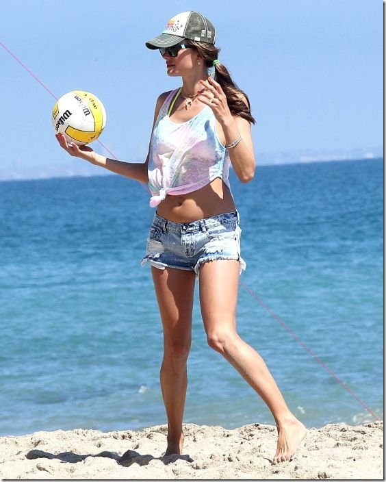 alessandra-ambrosio-volleyball-672616