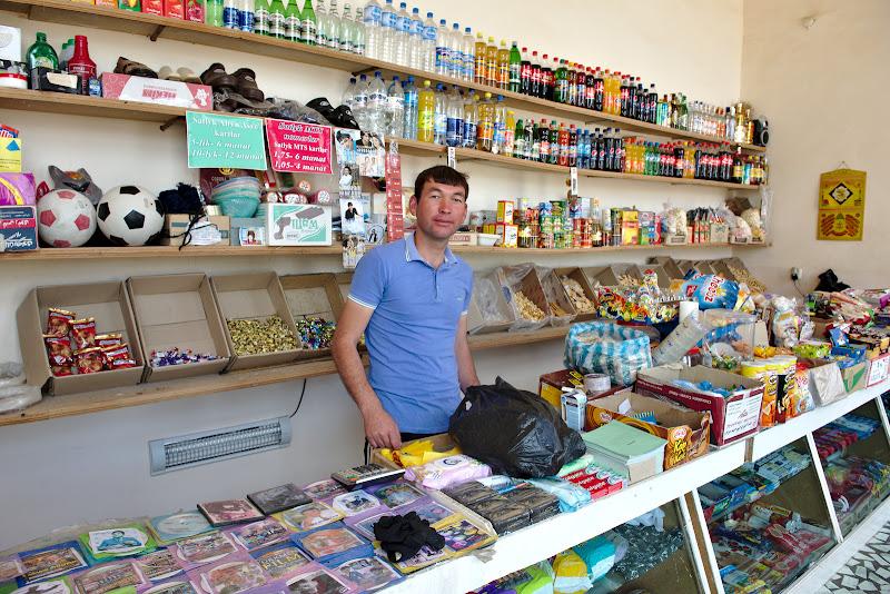 Un magazinas turkmen cu un vanzator extrem de entuziast.