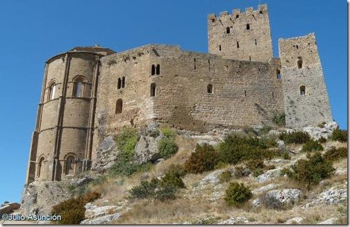 Castillo de Loarre - vista desde la puerta de la muralla exterior - Huesca