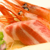 刺身。生の魚やエビ、イカ、タコを醤油につけて食べる。