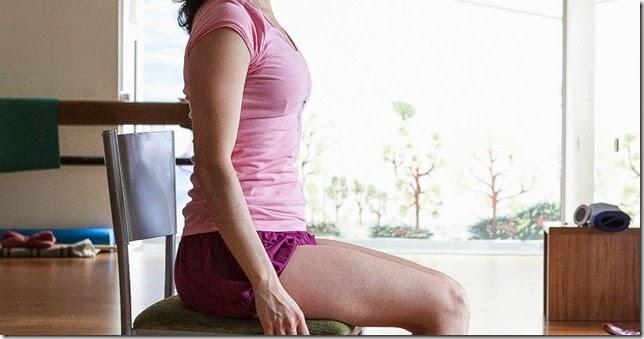 Meditando com a coluna  reta na cadeira