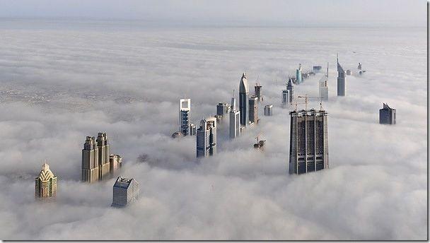 從杜拜 163 層(828公尺)的高樓鳥瞰其他高聳入雲的大樓.