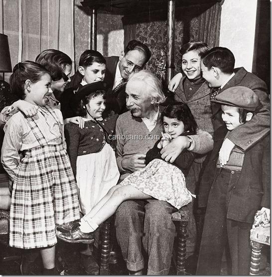 """Nesta foto, de autoria de Philippe Halsman, aparece o cientista Albert Einstein no seu 70º aniversário, em 14 de março de 1949. Na imagem, o """"pai da física moderna"""" aparece explicando a um grupo de crianças o que é a Teoria da Re"""