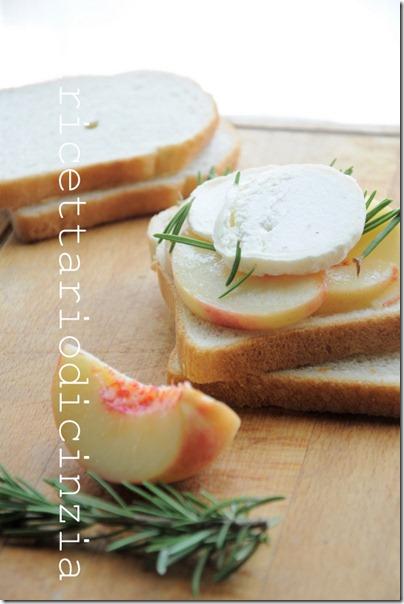 toast alle pesche bianche e formaggio di capra