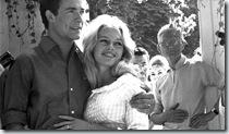 """Le mariage de Brigitte BARDOT et Jacques CHARRIER ‡ la mairie de Louveciennes le 18 juin 1959 : la premiËre photo """"officielle"""" des jeunes mariÈs souriants."""