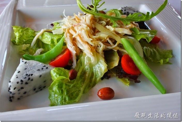 台南-瑪莉洋房(Marie's House)。蔬菜沙拉─泰式青木瓜燻雞沙拉。以泰式食材為主軸,卻又帶有法式的料理手法。新鮮清爽的青木瓜絲原本就是生菜沙拉的常客,配上微燻的軟嫩雞肉絲再與多種蔬菜混搭,淋上微甜卻不帶酸辣的醬汁火龍果,在味蕾上起了畫龍點睛的效果。豐富膳食纖維加上清爽的好滋味,兼具健康及美味與一體。