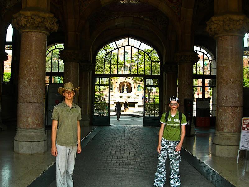 Госпиталь Святого Креста и Святого Павла. Барселона. Испания. Пройдя через арку попадаем на территорию госпиталя.