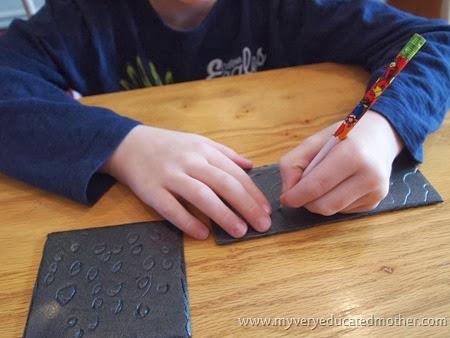 1 Printmaking for DIY Wrapping Paper #kidscraft #greencrafting #recylingpaper #DIYwrappingpaper