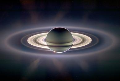 o pálido ponto azul no anel de Saturno