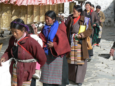Tibet photos: Pilgrims in Shigatse